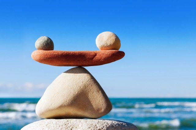 Είναι αυτή η λεπτή ισορροπία που σε κρατά ζωντανό που αναλόγως την επιλογή θα σε ωθήσει προς τα επάνω ή θα σε θάψει στα πρέπει και τα μη