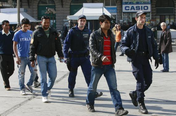 Η κυβέρνηση δίνει αριθμούς ασφάλισης, ΑΦΜ και τραπεζικό λογαριασμό σε όποιον θα αιτείται άσυλο!